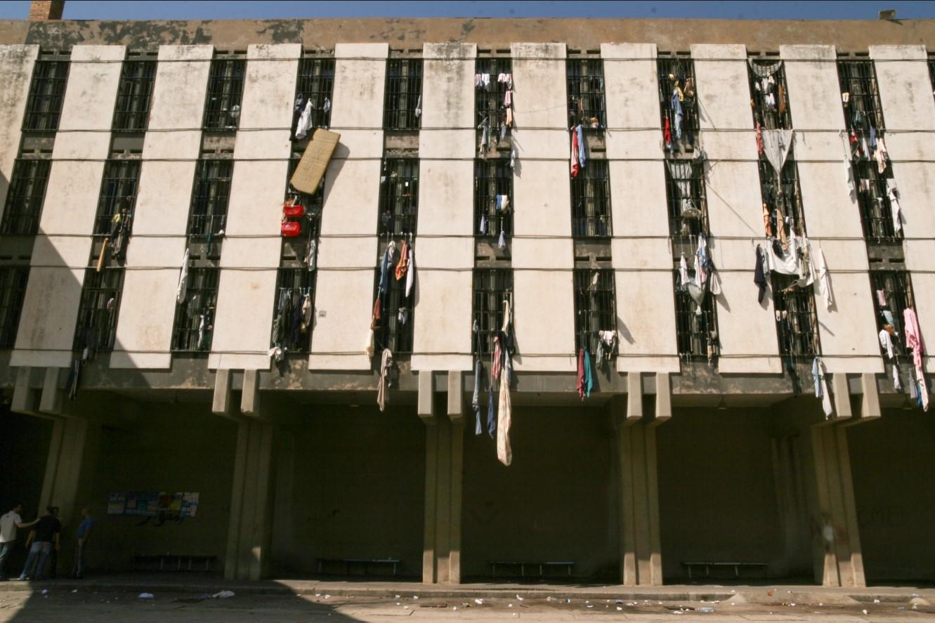 """""""العفو العامّ"""" واكتظاظ السّجون في زمن كورونا: الحقّ في الصحّة ذريعة لغايات سياسية وليس هدفاً"""
