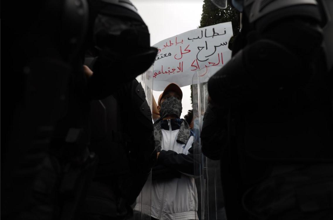 بعد إيقاف مئات الشبّان في احتجاجات جانفي: مسيرة غاضبة في تونس العاصمة للمطالبة بإطلاق سراح الموقوفين