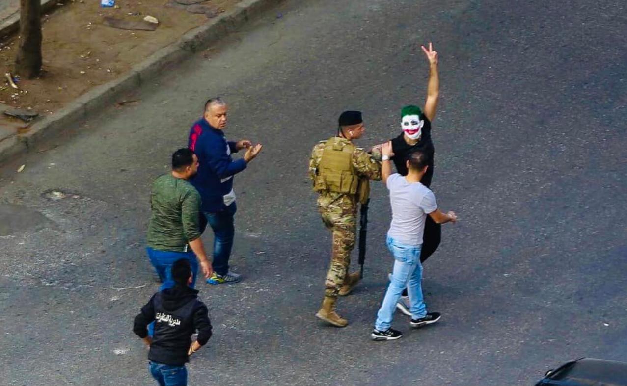 """تهم من دون أدلّة تلاحق متظاهري الانتفاضة: المحكمة العسكريّة تعلن براءة """"الجوكر"""""""
