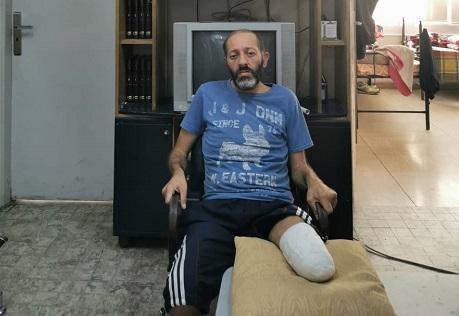 انفجار المرفأ بتر ساق متطوّع والدفاع المدني لا يعلم به.. عبد صار معوّقاً يتسوّل كرسيّاً متحرّكاً ولقمة عيش