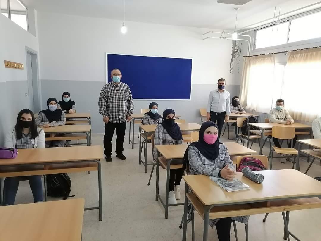 """عودة جزئيّة إلى التعلّم الحضوري في المدارس الرسميّة والخاصّة: حقّ التعلّم للجميع يضيع مجدداً بين الحضوري و""""الأونلاين"""""""