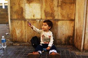 أول الأحكام في قضايا الاتجار بالبشر: والجناة مواطنون سوريون دفعوا أبناءَهم الى التسوّل