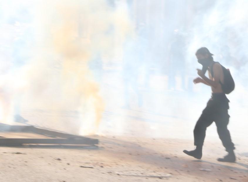 السلطة تستشرس في الدفاع عن النظام متسبّبة بإصابة مئات المتظاهرين: أسلحة مؤذية جديدة وفحص مخدرات وتوقيفات خلافاً للقانون