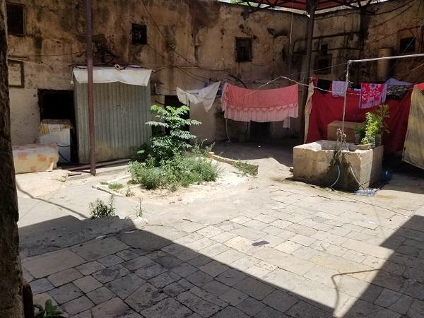 الخانكة الطرابلسية: مأوى يتداعى فوق نساء وحيدات
