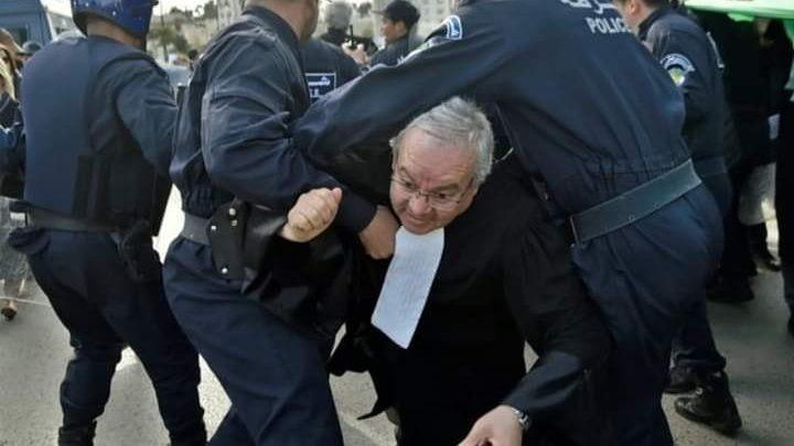 ملاحقة محام على خلفية تدويناته على فايسبوك في الجزائر