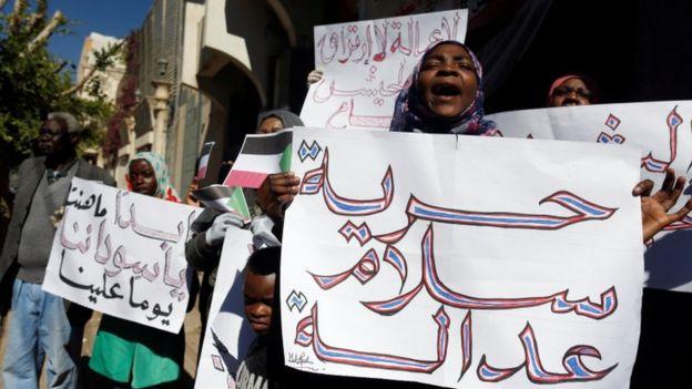 الجلد..عقوبة مضافة للنساء المتظاهرات في السودان
