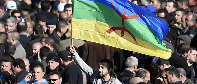حملة اعتقالات على خلفية رفع العلم الأمازيغي في الجزائر: إهانة العلم الجزائري جريمة، رفع علم آخر ليس كذلك