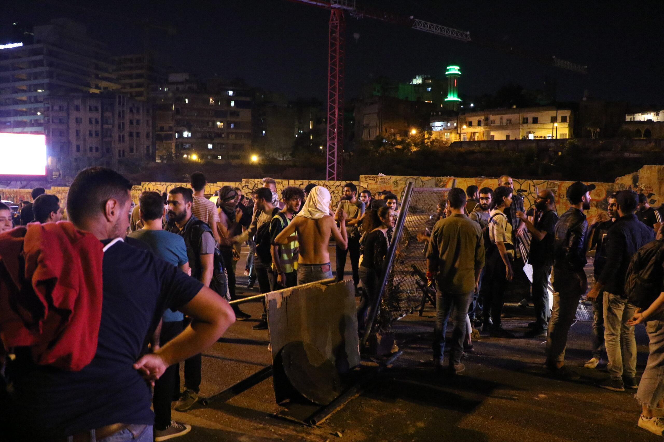 شبّان الخندق الغميق والمتظاهرون يتحاورون: وجعٌ واحد في وجه السلطة والإعلام!