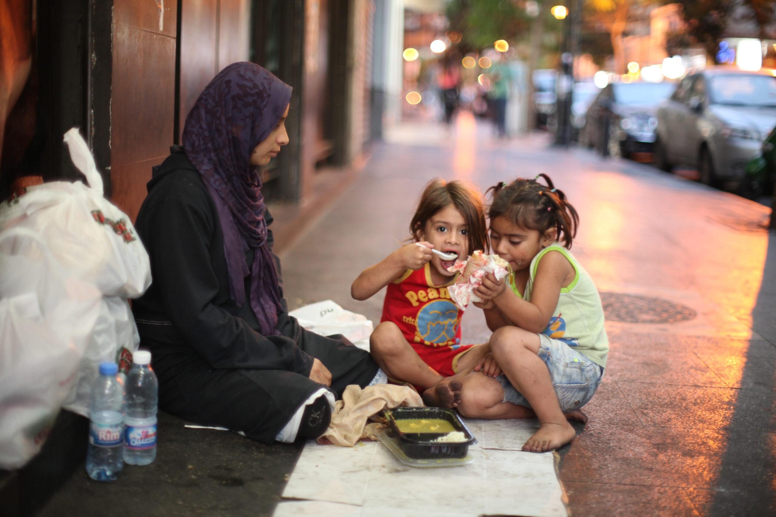 التبني غير القانوني: الأم المتخلية تاجرة أم ضحية للإتجار بالبشر؟