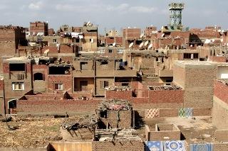 الدولة المصرية في مواجهة العشوائيات: قرار بوقف أعمال البناء لمدة ستة أشهر