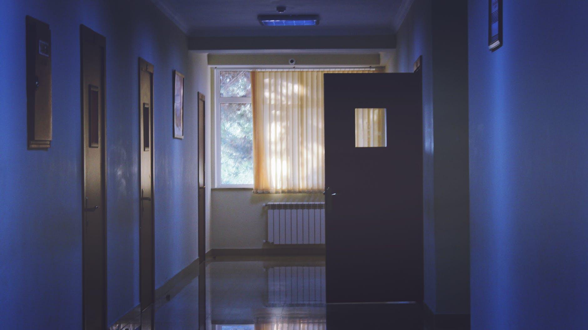 عدّاد كورونا يتخطّى الألف يوميّاً والمستشفيات تستنفذ قدرتها الاستيعابية: تخوّف جدّي من السيناريو الإيطالي في لبنان